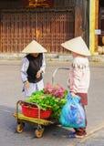 亚裔卖新鲜的菠菜的买家和贸易商 免版税图库摄影