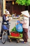 亚裔卖新鲜的绿色菠菜的买家和贸易商 图库摄影