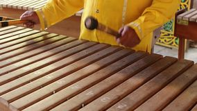 亚裔印度尼西亚巴厘语音乐家gamelan仪器 特写镜头手使用 没编辑的,未加工的文件 影视素材