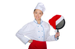 亚裔厨师和一个煎锅在圣诞老人帽子 免版税库存照片
