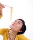 亚裔吃的面条妇女 图库摄影