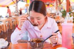亚裔吃的面条妇女 库存图片