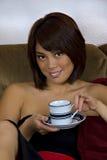 亚裔咖啡杯妇女 免版税库存图片