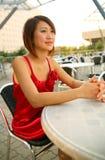 亚裔咖啡馆女孩室外等待的年轻人 免版税库存照片