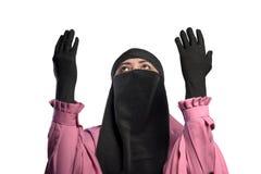 年轻亚裔回教祈祷对神的妇女佩带的hijab 免版税库存照片