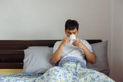 亚裔在早晨时间的人饮用的咖啡在家 免版税库存照片