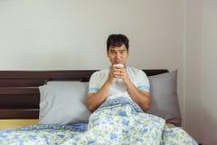 亚裔在早晨时间的人饮用的咖啡在家 库存图片
