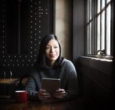 亚裔夫人Coffee Cafe Tablet Concept 免版税图库摄影