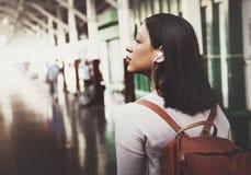 亚裔夫人Traveler Backpack City Concept 免版税库存图片