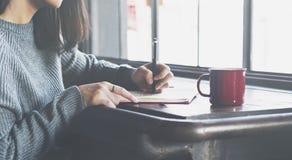 亚裔夫人Writing Notebook Diary Concept 图库摄影