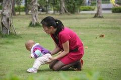亚裔女儿母亲 免版税库存照片