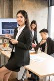 亚裔女商人使用片剂 免版税库存图片