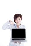 亚裔女商人显示她的膝上型计算机 免版税库存图片