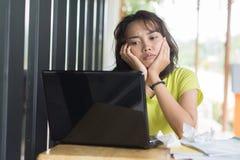 亚裔女学生牵涉关于重音到检查准备 免版税库存图片