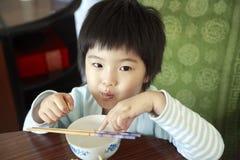 亚裔女孩一点午餐等待 免版税图库摄影