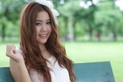 亚裔女孩在公园 免版税库存图片