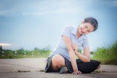 亚裔女孩在草甸和umbr的路微笑着 图库摄影