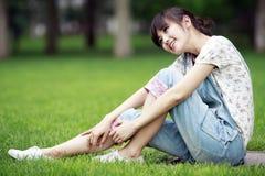 亚裔女孩室外放松 免版税图库摄影