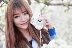 年轻亚裔女孩室外画象 库存照片