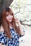 年轻亚裔女孩室外画象 免版税库存照片