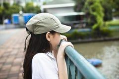 亚裔女孩少许查找的河 免版税库存图片