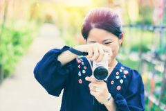 亚裔女孩摄影师 免版税库存图片
