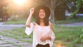 亚裔女孩美丽的女性画象显示情感 股票录像