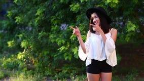 亚裔女孩美好的女性画象点手微笑 影视素材