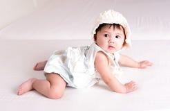 亚裔女孩6个月在床上 免版税库存照片