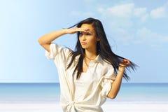年轻亚裔女孩画象海滩的 免版税库存照片