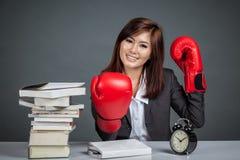 亚裔女实业家准备好坚苦工作 免版税图库摄影