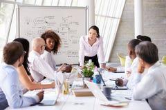 亚裔女实业家主导的会议在会议室表上 图库摄影