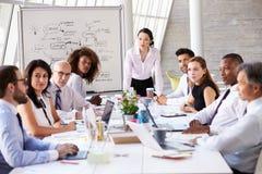 亚裔女实业家主导的会议在会议室表上 库存图片