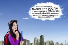 亚裔女小学生认为梦想工作 免版税库存照片