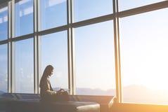 亚裔女性企业家坐行政管理部门窗口 免版税库存图片