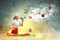 拿着扩音机的亚裔女性厨师 免版税库存照片