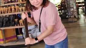 亚裔女性游人做椰子食糖产品 股票录像