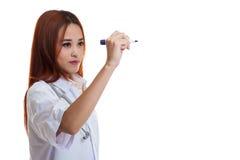 年轻亚裔女性医生写与一个红色标志 库存照片