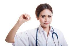 年轻亚裔女性医生写与一个红色标志 库存图片