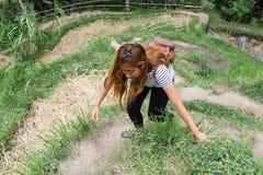 亚裔妇女上升的米种植园小山 免版税库存照片