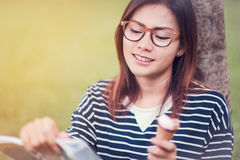 亚裔妇女享受吃 免版税库存图片