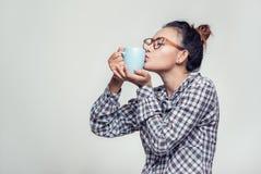 亚裔妇女亲吻一个杯子 库存照片