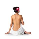 亚裔妇女佩带的毛巾坐地板 免版税库存图片