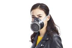 亚裔妇女佩带的防毒面具 免版税库存图片