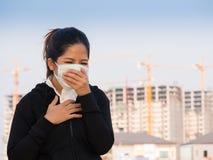 亚裔妇女佩带的面罩和咳嗽 免版税图库摄影