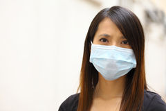 亚裔妇女佩带的面罩 库存图片