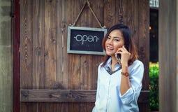 亚裔妇女使用他们的手机 免版税库存图片