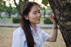 亚裔妇女听的音乐 免版税图库摄影