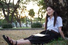 亚裔妇女听的音乐 免版税库存照片