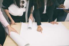 亚裔妇女和谈论人的工程师企业项目和sm 图库摄影